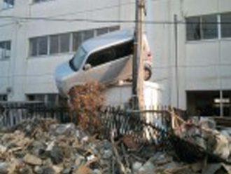 建物の上に車が乗り上げている
