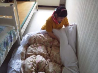 寝具カバー交換作業