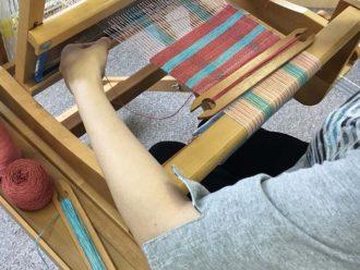 織物機を使って作業