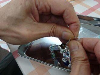 数珠作製中